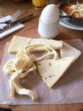 Verschiedene Arten des Käses auf einem hölzernen Hintergrund Stockfoto