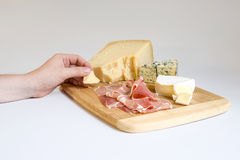 Verschiedene Arten des Käses auf einem hölzernen Hintergrund Lizenzfreie Stockfotografie