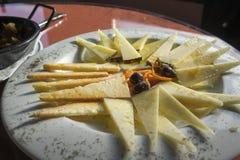 Verschiedene Arten des Käses auf einem hölzernen Hintergrund Lizenzfreie Stockfotos