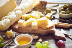 Verschiedene Arten des Käses auf einem hölzernen Hintergrund Stockbild