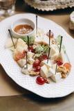 Verschiedene Arten des Käses auf einem hölzernen Hintergrund lizenzfreies stockfoto