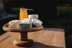 Verschiedene Arten des Käses auf einem hölzernen Hintergrund verschiedene Käse auf einer hölzernen Platte Stockbilder