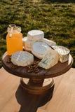 Verschiedene Arten des Käses auf einem hölzernen Hintergrund verschiedene Käse auf einer hölzernen Platte Lizenzfreie Stockfotos