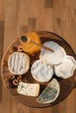 Verschiedene Arten des Käses auf einem hölzernen Hintergrund verschiedene Käse auf einer hölzernen Platte Lizenzfreies Stockbild