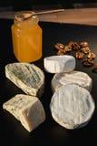 Verschiedene Arten des Käses auf einem hölzernen Hintergrund verschiedene Käse auf einem schwarzen Hintergrund Stockfotos
