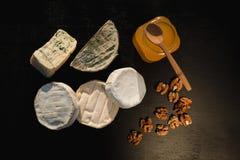 Verschiedene Arten des Käses auf einem hölzernen Hintergrund verschiedene Käse auf einem schwarzen Hintergrund Lizenzfreie Stockfotografie