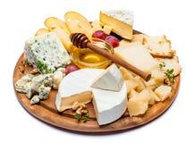 Verschiedene Arten des Käses - Briekäse, Camembert, Roquefort und Cheddarkäse auf hölzernem Brett Stockbild