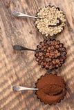Verschiedene Arten des Kaffees auf einem hölzernen strukturierten Hintergrund Stockfoto