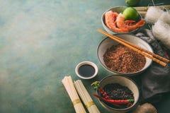 Verschiedene Arten des Reises und der getrockneten asiatischen Nudeln und der Gewürze Stockfotos