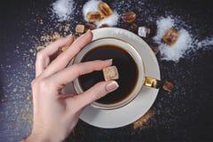 Verschiedene Arten des Zuckers auf schwarzer Tabelle Stockbilder