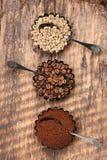 Verschiedene Arten Kaffee Grüner Rohkaffee, gemahlener Kaffee, Röstkaffeebohnen Lizenzfreies Stockfoto