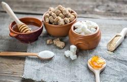 Verschiedene Arten und Formen des Zuckers Stockbilder