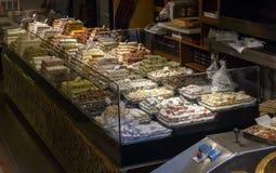 Verschiedene Arten von östlichen türkischen Bonbons im lokalen Shop Lizenzfreie Stockfotos