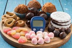 Verschiedene Arten von Bonbons und von Gerät für das Messen von Blut gluco Lizenzfreie Stockfotos