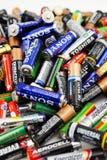 Verschiedene Arten von den benutzten Batterien bereit zur Wiederverwertung Stockfotos