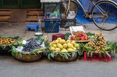 Verschiedene Arten von den Früchten, die von den traditionellen hängenden Körben verkaufen, können in Hanoi finden Stockfotos