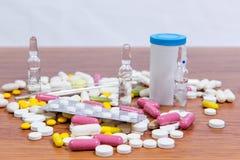 Verschiedene Arten von Drogen werden auf dem Tisch zerstreut Behandlung von Krankheiten mit modernen Methoden Homöopathisch und C Lizenzfreie Stockbilder