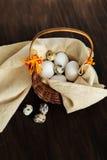 Verschiedene Arten von Eiern in einem Korb Stockfotografie