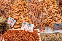 Verschiedene Arten von Garnelen für Verkauf lizenzfreie stockbilder