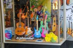 Verschiedene Arten von Gitarren im Fenster des musikalischen Shops Lizenzfreies Stockfoto
