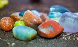 Verschiedene Arten von glänzenden farbigen Stücken des Kristalles Lizenzfreies Stockfoto