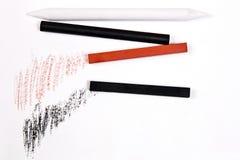 Verschiedene Arten von Kunstwerkzeugen: Bleistifte, Radiergummi, Stempel, Kreide von s Stockbild