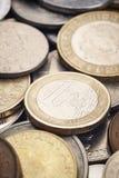 Verschiedene Arten von Münzen Fünf, 10 und fünfzig Eurobanknoten Makrodetail Stockfotografie