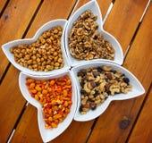 Verschiedene Arten von Nüssen als salzigen Snack Stockfotografie