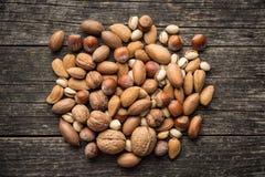 Verschiedene Arten von Nüssen in der Nussschale Lizenzfreie Stockbilder
