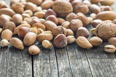 Verschiedene Arten von Nüssen in der Nussschale Stockfoto