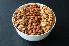 Verschiedene Arten von Nüssen in der Schüssel Stockfotos