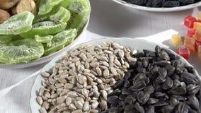 Verschiedene Arten von Nüssen und von Samen stock footage