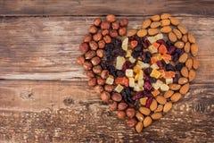 Verschiedene Arten von Nüssen und von Trockenfrüchten stockfotos