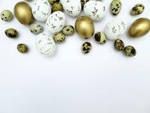 Verschiedene Arten von Ostereiern auf einem weißen Hintergrund Stockbild