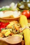 Verschiedene Arten von rohen Teigwaren auf dem Tisch stockfotos