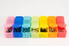 Verschiedene Arten von Schrauben in den kleinen farbigen Plastikbehältern V Lizenzfreies Stockfoto