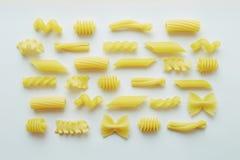 Verschiedene Arten von Teigwaren auf weißem Hintergrund Lizenzfreies Stockfoto