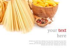Verschiedene Arten von Teigwaren u. von Tellern Lizenzfreies Stockbild