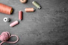 Verschiedene Arten von Threads auf grauem Hintergrund, Stockfoto