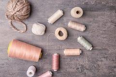 Verschiedene Arten von Threads auf grauem Hintergrund, Lizenzfreie Stockfotografie