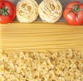 Verschiedene Arten von ungekochten Teigwaren und von Tomate Stockfotos