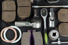Verschiedene Autoteile und -werkzeuge stockbild
