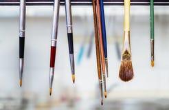 Verschiedene Bürstenwerkzeuge in der zahnmedizinischen Klinik Lizenzfreie Stockfotografie
