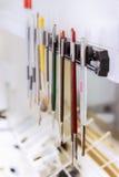 Verschiedene Bürstenwerkzeuge in der zahnmedizinischen Klinik Stockfoto