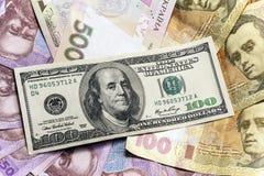 Verschiedene Banknoten des Hintergrundes von US-Dollars und ukrainisches hryvnia Stockbilder