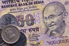 Verschiedene Banknoten und Münzen des indischen Geldes stockbild