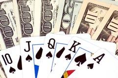 Verschiedene Banknoten und Schürhakenkarten Lizenzfreies Stockbild