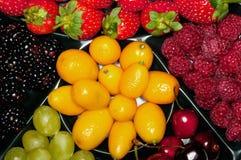 Verschiedene Beeren auf der Platte Stockbild