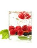 Verschiedene Beeren in einem Glas stockbilder