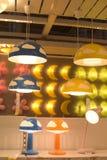 Verschiedene Beleuchtungsbefestigungen, Lampen und Nightlights im Ikea-sto Stockfotografie